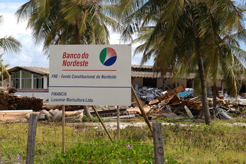 imagem de placa do banco do nordeste que financia a carcinicultura