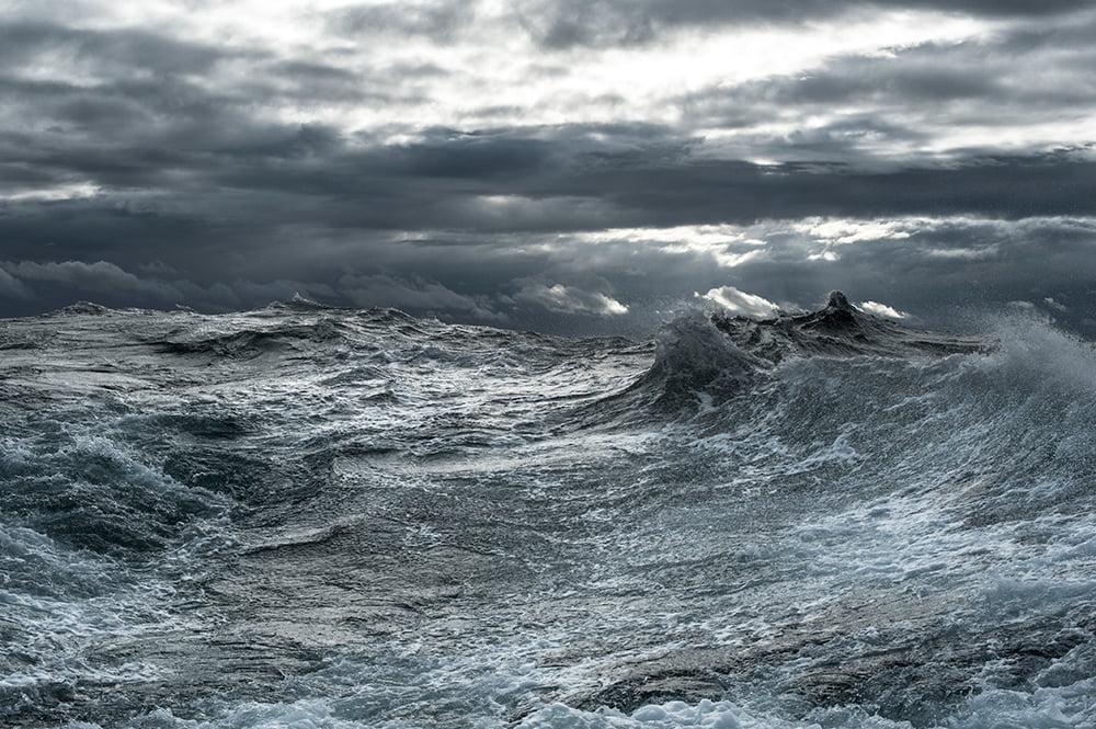 imagem de tempestade no mar para ilustrar Mudanças climáticas ameaçam a pesca