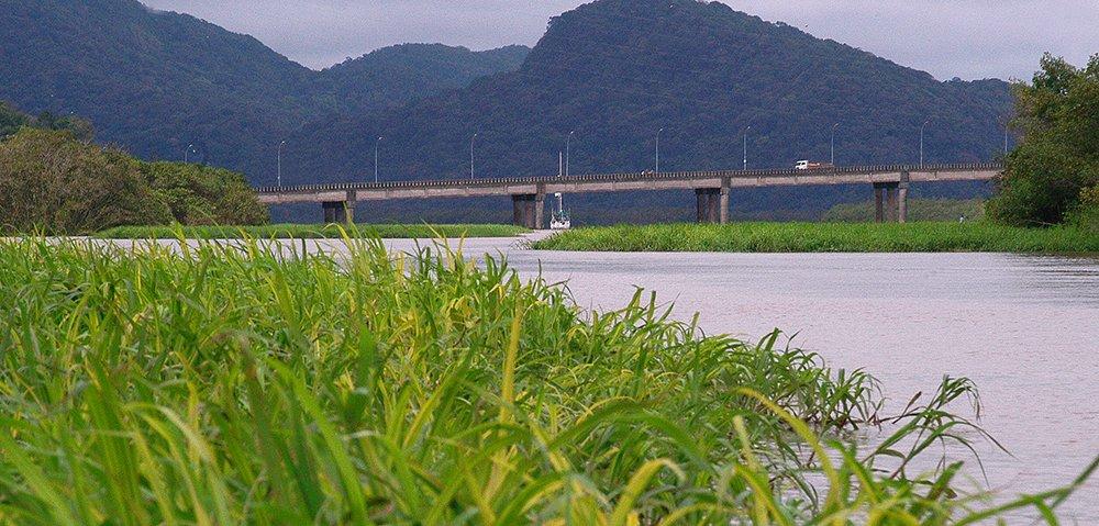 imagem do veleiro mar sem fim fundeado no Ribeira de Iguape, Litoral centro, e sul de São Paulo