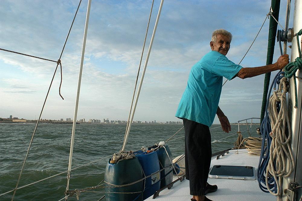 imagem do prático Zé Peixe a bordo do Mar Sem Fim