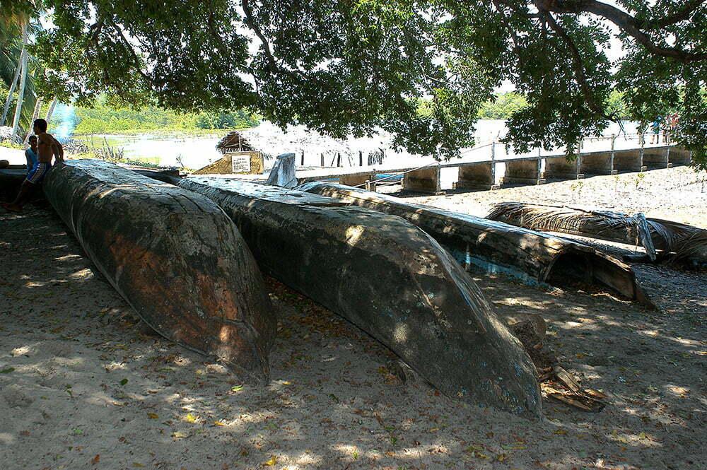 imagem de canoas baianas abandonadas