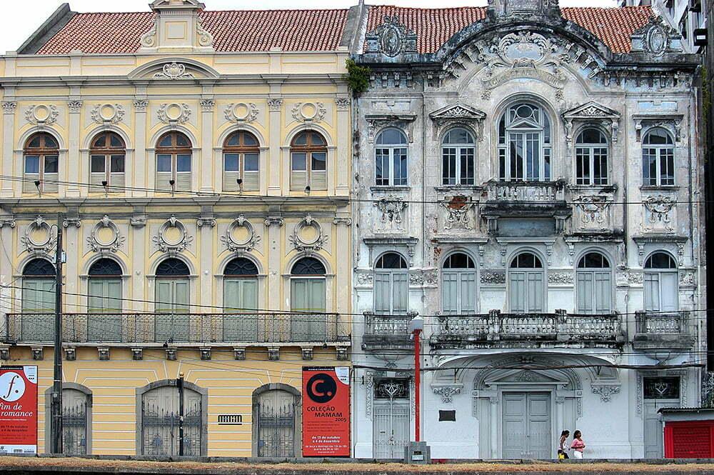 imagem de casarões dos canais de Recife, litoral de Pernambuco