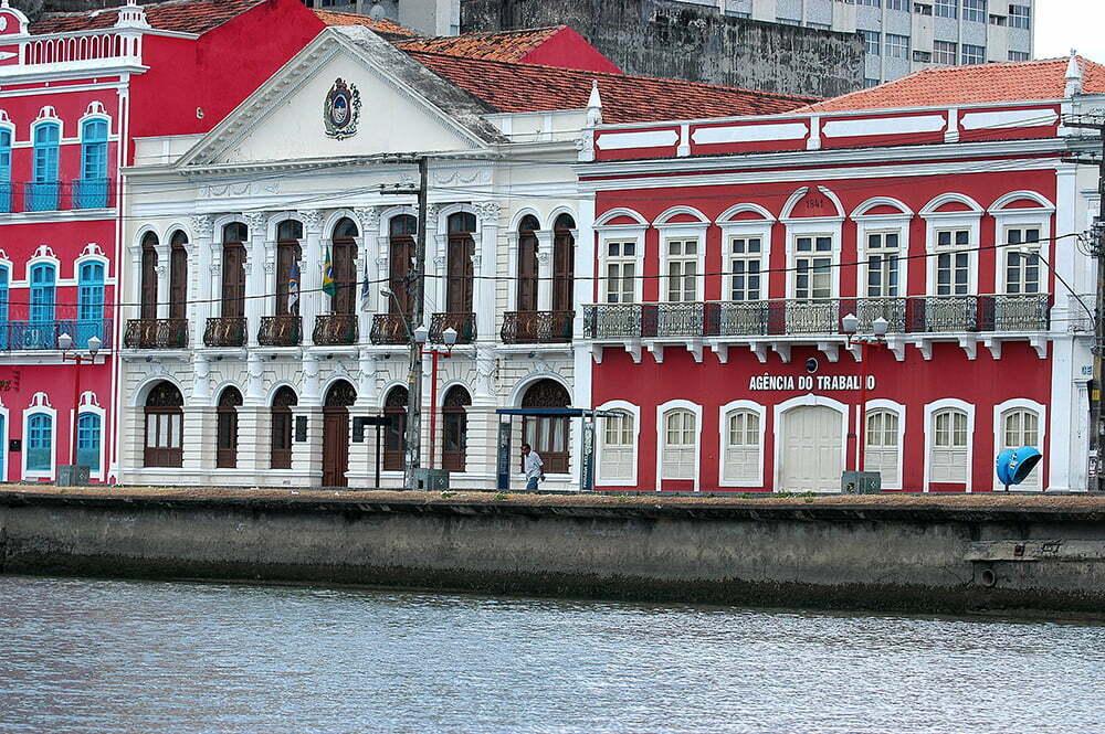 imagem de casarões nos canais do recife, litoral de Pernambuco
