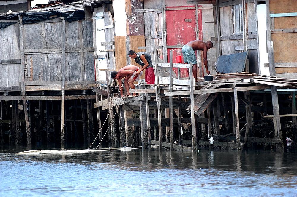 imagem de favelas nos canais do Recife