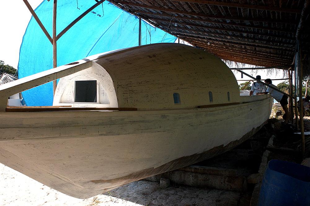 imagem da canoa de tolda Luzitânia sendo restaurada