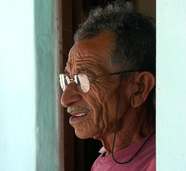 imagem de mestre Alfredo, construtor de canoas baianas