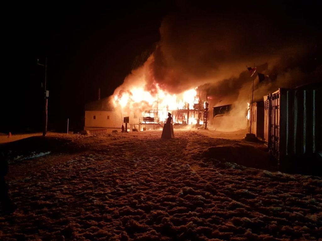 imagem da capitania Puerto Bahia Fildes destruída por incêndio