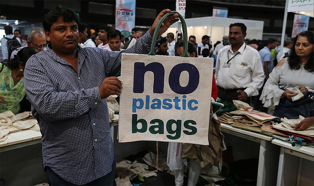 imagem de cartaz Mumbai, Índia, bane plásticos