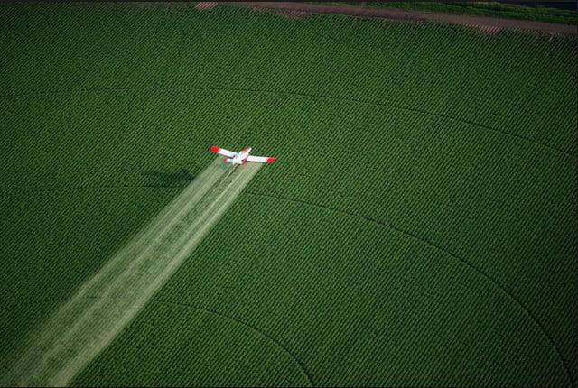 imagem de pulverização da agricultura com PCBs