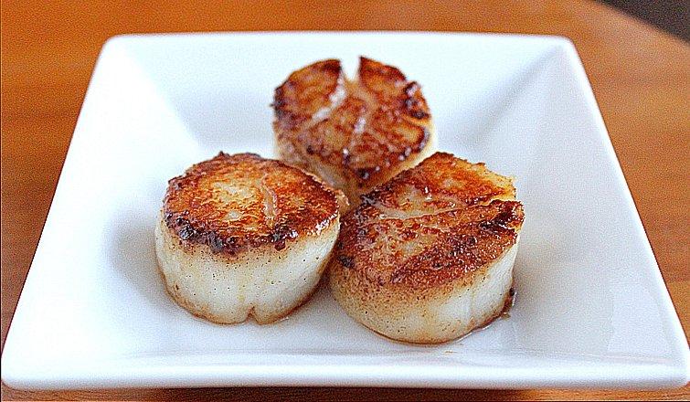 imagem de vieiras do atlântico norte em prato de comida