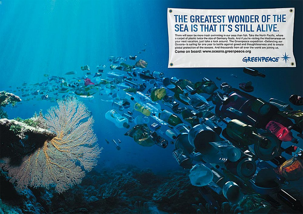 imagem de gafas plásticas no mar