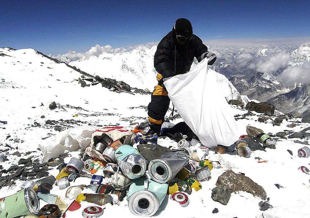 imagem de poluição no Everest