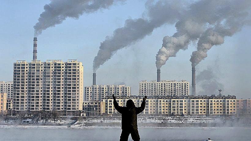 imagem de fábricas emitindo fumaça