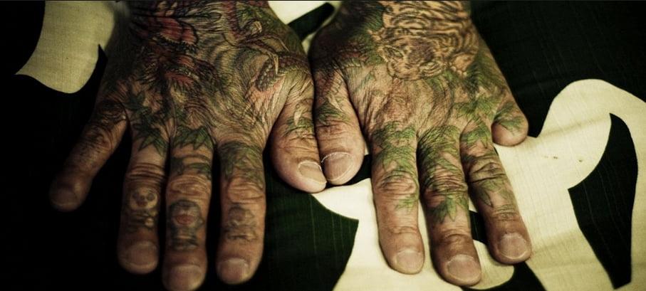 imagem de mãos humanas deformadas pela yakuza