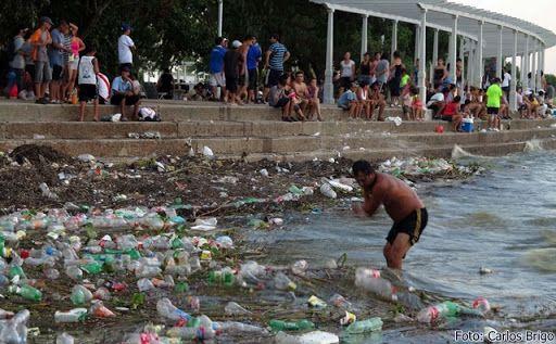 imagem de poluição no rio da Prata
