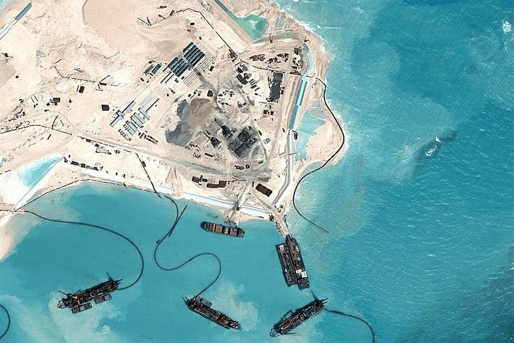 imagem de dragas usadas na construção de ilhas artificiais