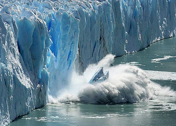 imagem de geleira caindo no mar