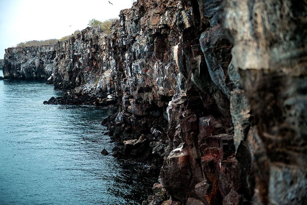 imagem de paredões de pedra no arquipélago de Galápagos