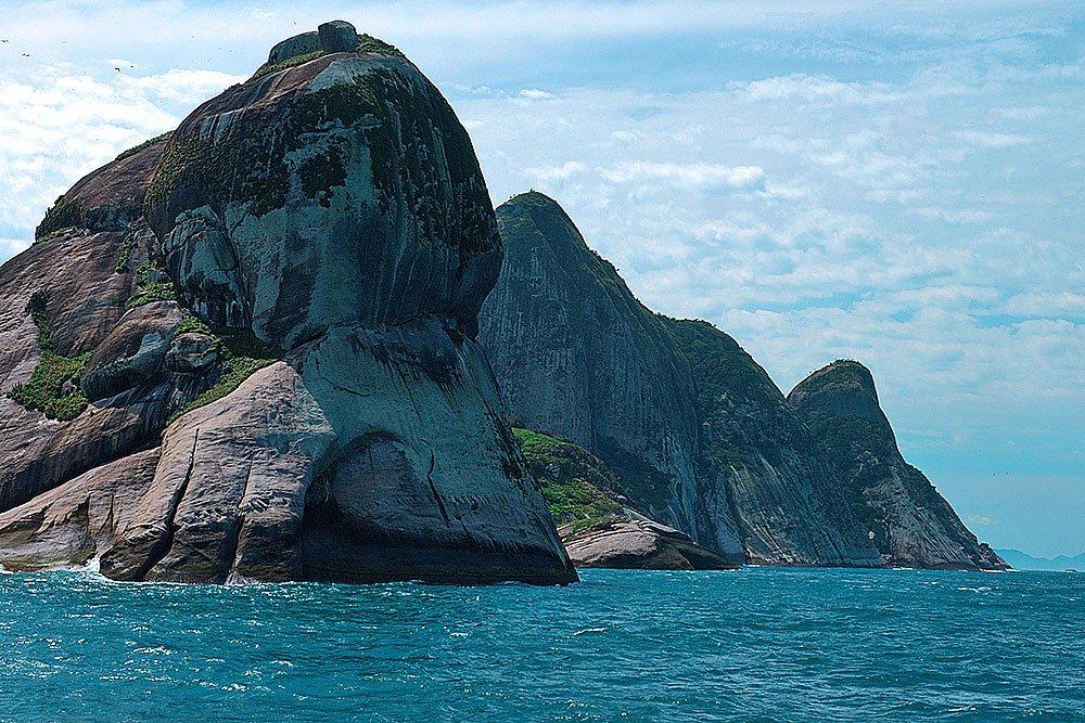 imagem dos paredões do Arquipélago de Alcatrazes reaberto ao público