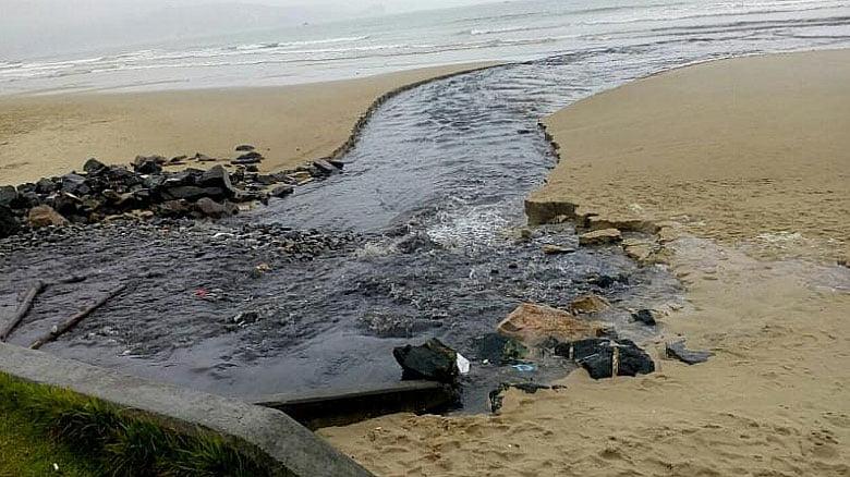 imagemde poluição na praia de itapema no verão 2019