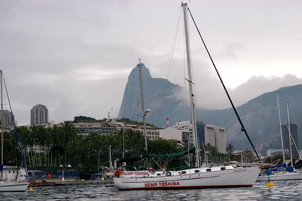 imagem do veleiro Mar Sem Fim na bóia do Iate Clube do Rio de Janeiro.