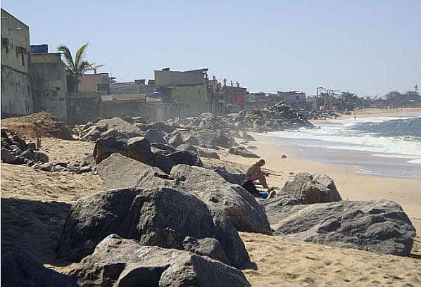 imagem de Enrocamento construído para conter o avanço da erosão costeira em área ur- banizada.