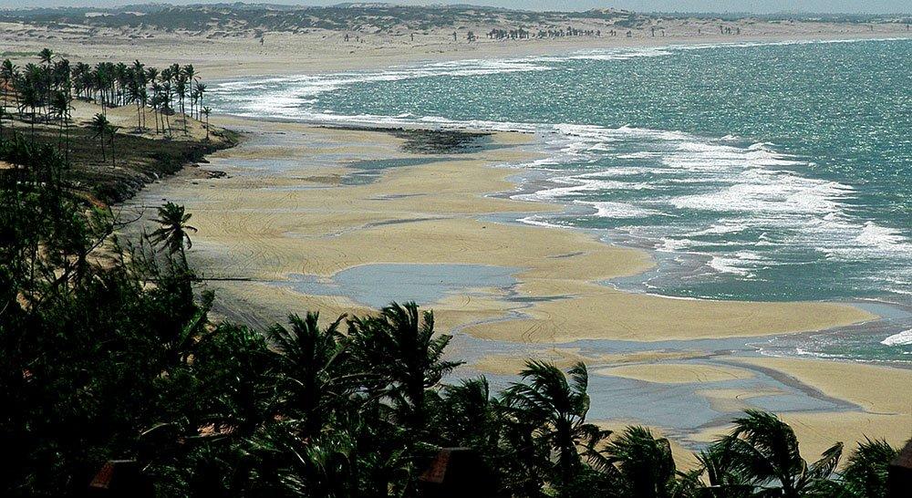 imagem de praia desocupada no ceará