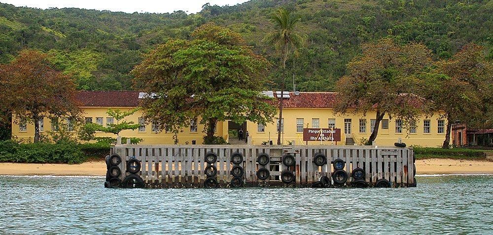 imagem da sede do parque estadual da Ilha Anchieta