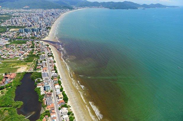 imagem da praia de Porto Belo e o esgoto jogado in natura