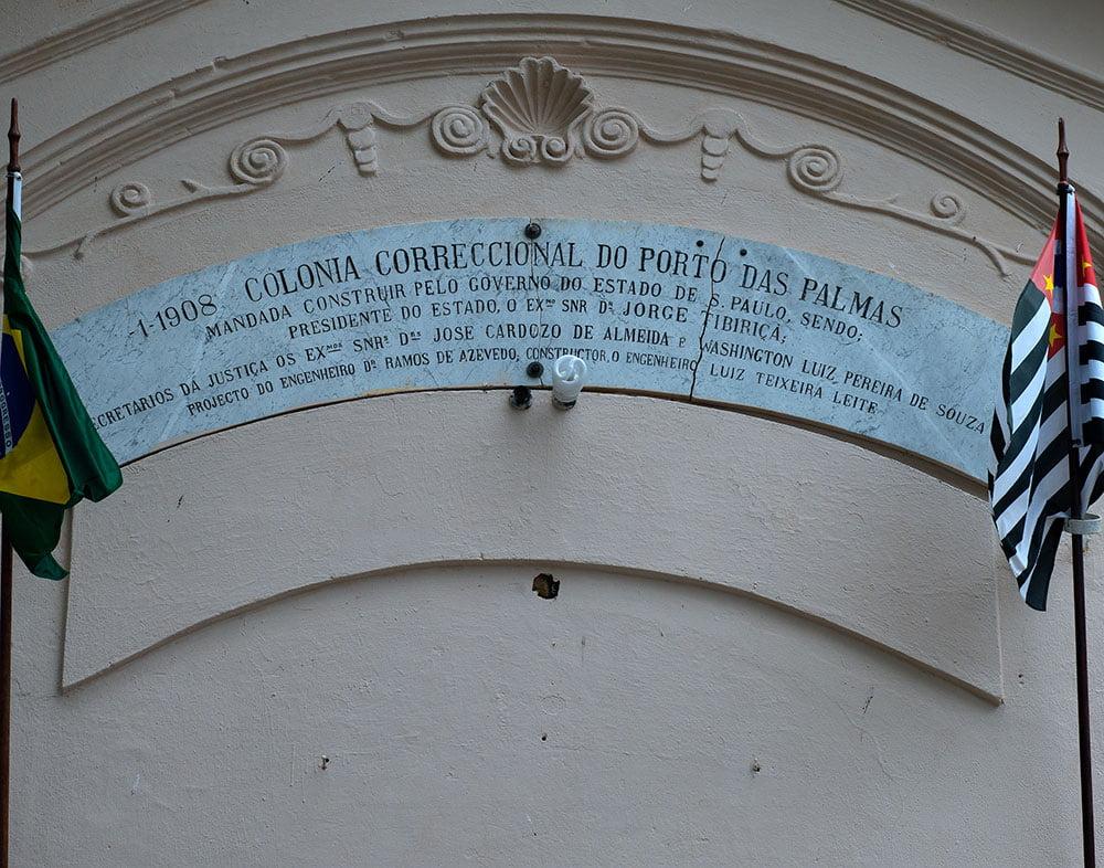 imagem de Placa na entrada do prédio do presídio, ilha Ancheita.
