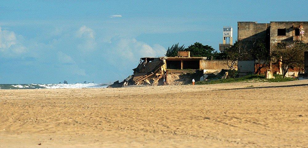 imagem de Erosão na costa em Atafona, RJ.