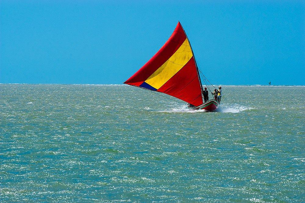 imagem das canoas- de- risco e suas velas coloridas, Camocim, CE.