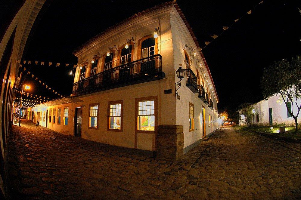 imagem noturna do centro de Paraty