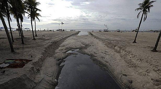 imagem de mar de esgoto jogado in natura em copacabana no verão 2019