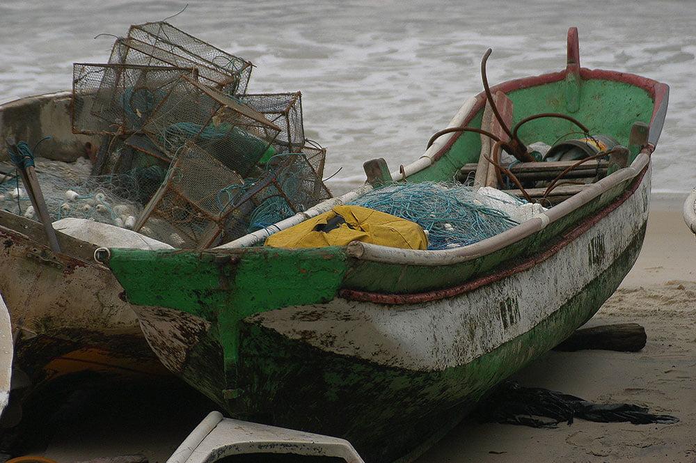 imagem da derradeira canoa de pau de Copacabana.