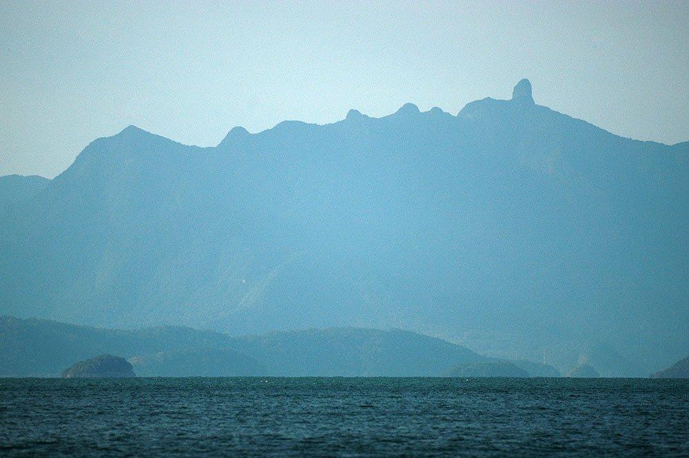 imagem da Serra do Mar e o dedo de Deus, Paraty, RJ.