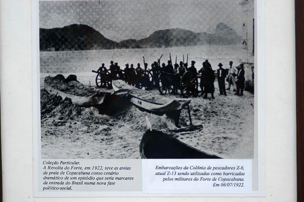 imagem da derradeira canoa de pau servindo como trincheira na revolta de 1922