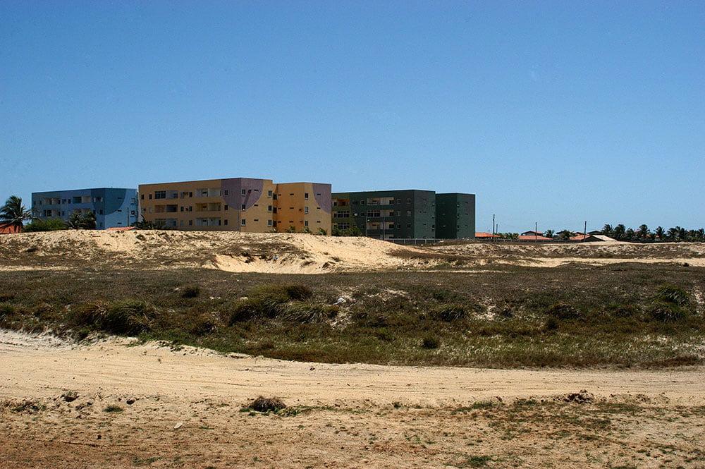 imagem de Ocupação errada, predatória (construir em cima de dunas) em Luis Correia.