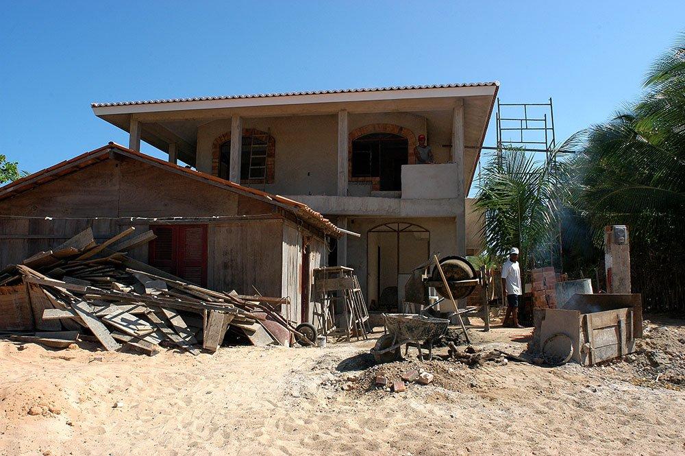 imagem e casa em construção em jericoacoara