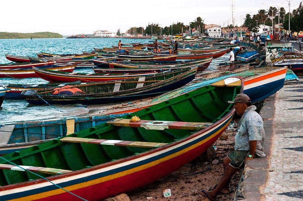 imagem de Avenida de Camocim e o estacionamento de barcos típicos.