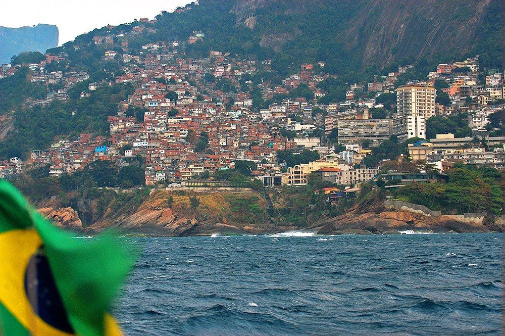 imagem de mar e favelas subindo os morros