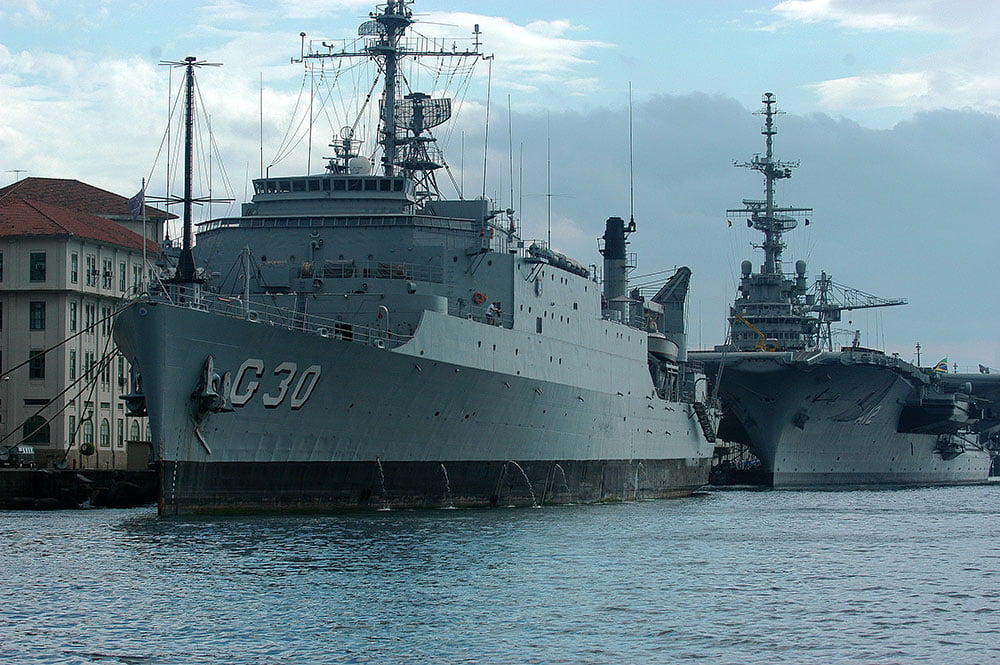 imagem de navios de guerra brasileiros atracados no Rio de Janeiro