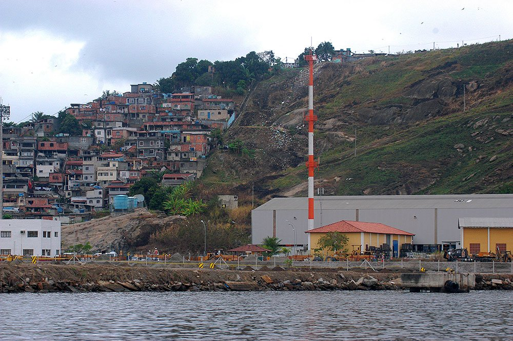 imagem de lixo nas encostas da baía de Guanabara