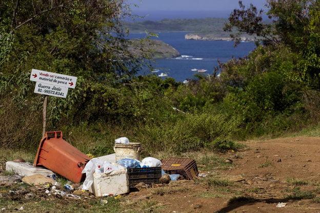 imagem de lixo em Fernando de Noronha no verão 2019