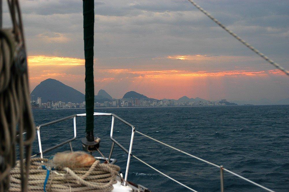 Imagem do mar sem fim chegando ao RJ com sol nascendo