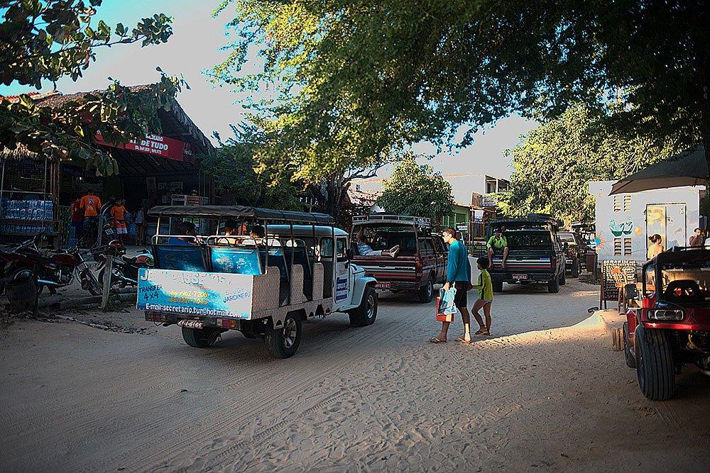 Imagem de trânsito de carros na vila de jericoacoara
