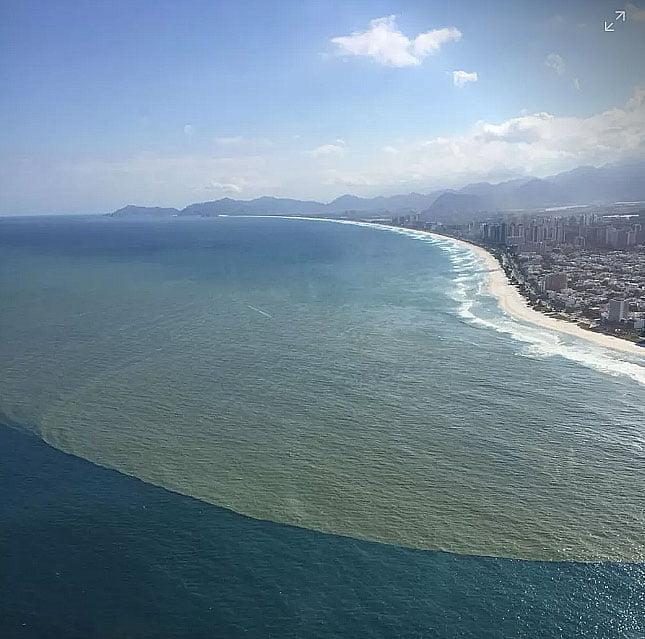 imagem de Foto aérea mostra esgoto em Praia da Barra no verão 2019