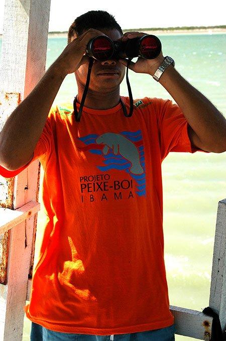 imagem de funcionário do projeto peixe- boi em Cajueiro da Praia