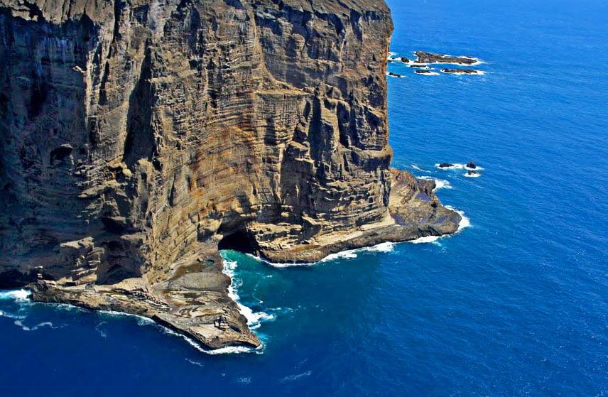 imagem de paredão na ilha de Trindade.
