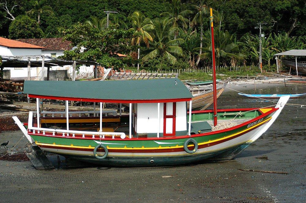imagem de Antigo saveiro, hoje transformado em barco a motor